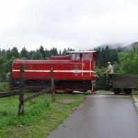 Úzkorozchodná lokomotiva na železničním přejezdu v Cisně