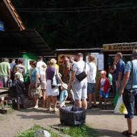 Sobotní fronta na jízdenky ve stanici Majdan