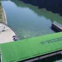Pohled z hráze přehrady Solina na budovu elektrárny